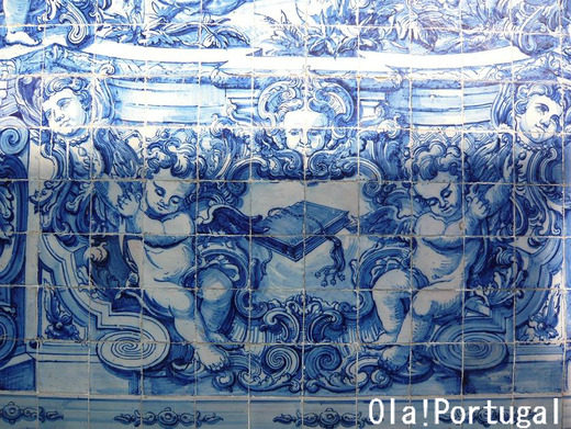 ポルトガルのアズレージョに覆われた教会(ポルト)