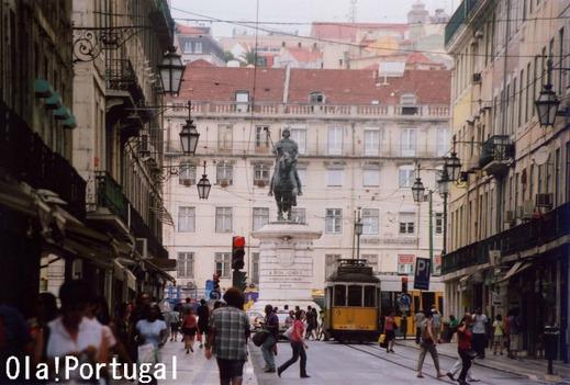 リスボン・フィゲイラ広場前に停まるトラム