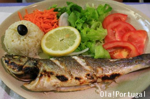 ポルトガルの魚料理:Robalo ロバーロ(すずき)の炭火焼き