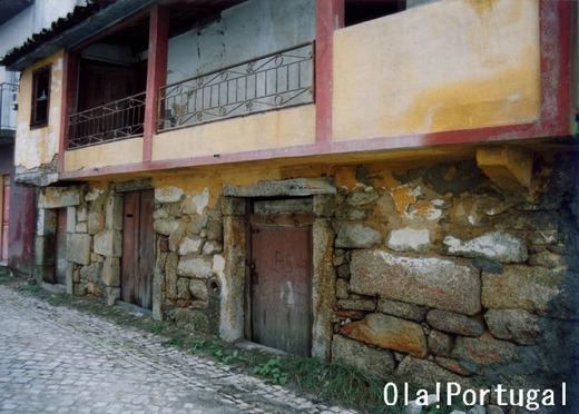 『ポルトガルの住まい大図鑑』家畜同居の家