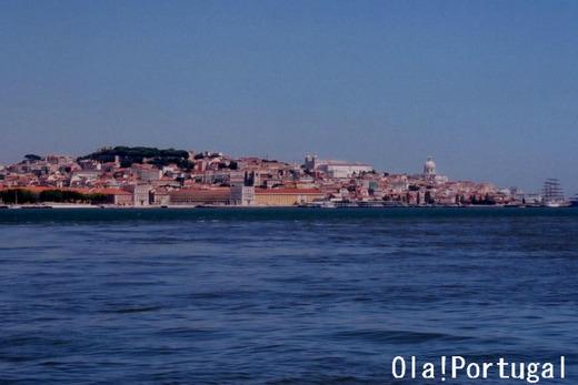 船上からのリスボン旧市街の街並み