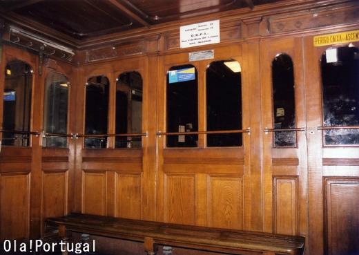 1902年完成のエレベータ内は木製の内装