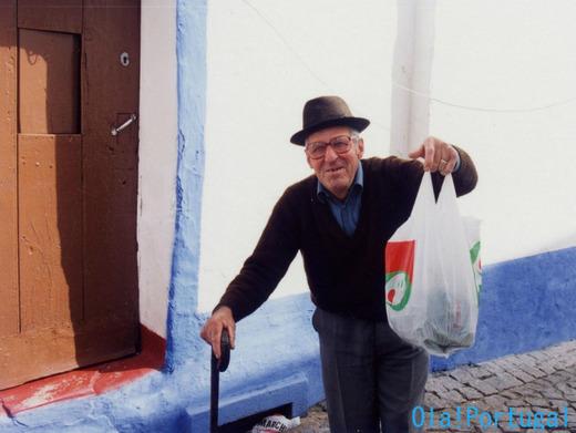 ポルトガルの白い家の青色のラインは庶民の色