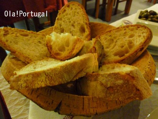 コルク製のお皿に載ったポルトガルのパン