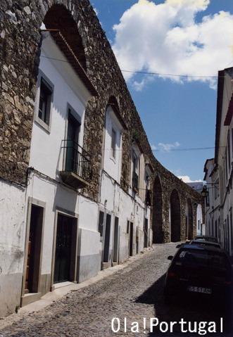 『ポルトガルの住まい大図鑑』エヴォラの水道橋を利用した家