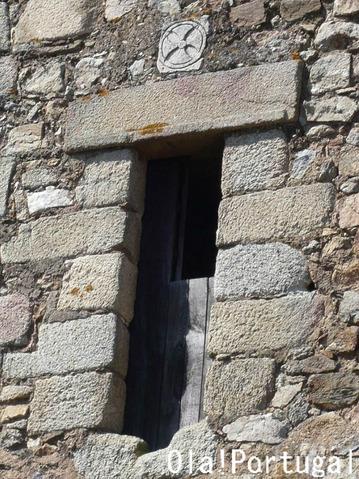 アルモウロル城の主塔にはテンプル騎士団の紋章が