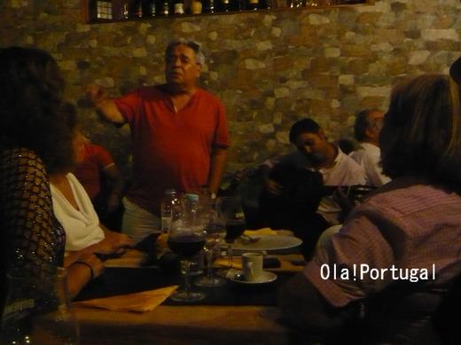 アマチュアの歌い手が歌うファドレストラン