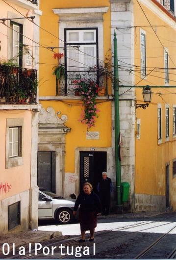 7つの丘の街、リスボン:坂を登るおばちゃん