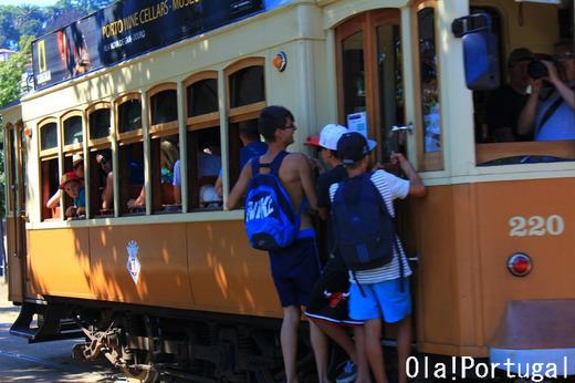 世界遺産ポルト歴史地区を走るレトロな路面電車