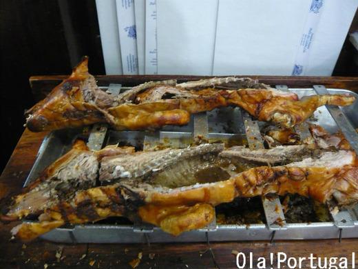 バイラーダ地方の郷土料理:レイタオン(子豚の丸焼き)