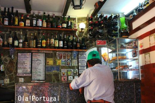 リスボンの下町アルファマの大衆酒場