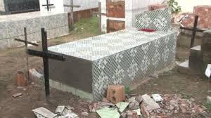 死亡宣告を受けた女性が棺桶の中に閉じ込められる