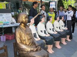 バスから降ろされソウルの日本大使館前に勢揃いした慰安婦像
