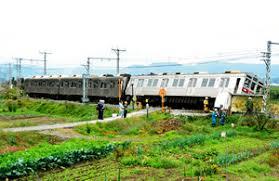 長野電鉄の踏切で電車とトラックが衝突