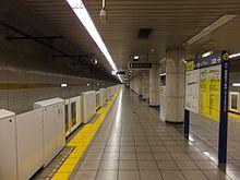 220px-TokyoMetro-Y17-Sakuradamon-station-platform2