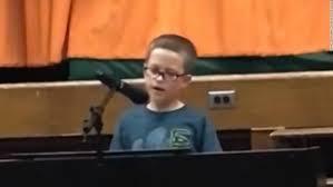 小学4年生の少年が学芸会で「イマジン」弾き語り
