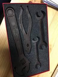 「お客様、お荷物に工具が」