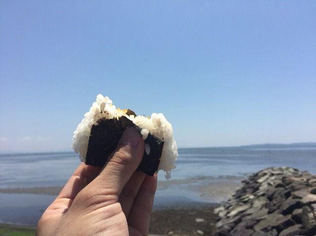 海を見ながら食べるおにぎり最高やな