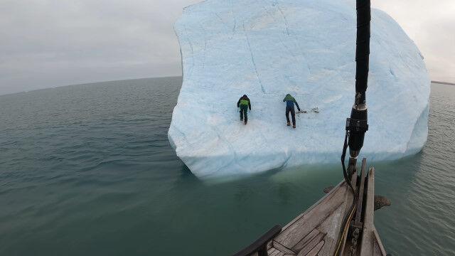家よりデカい氷山に乗り移ってのアイスクライミングで氷山が横転。危うく巻き込まれそうになってしまう事故