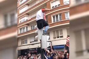 【サッカー】興奮しすぎたビルバオのファンが決勝直前に大怪我しかけたおバカな動画。
