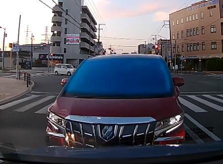 尼崎で撮影されたアルファードがヤバいドラレコ。100%悪いのに「下がれや!」と声を荒らげる男。