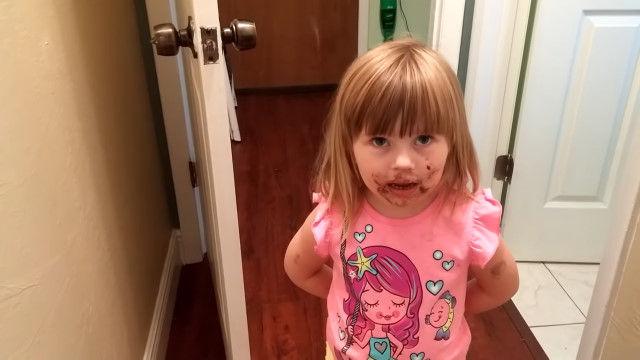 ママ「ケーキ食べた?」娘「食べてないよ」と、無理のある主張をする3歳の女の子