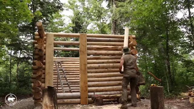 これはロマン。カナダの森の中、たった一人でログハウスを建てる男