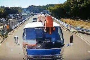 【長崎】これはひどい。無人のクレーントラックに正面から突っ込まれてしまうオイオイ動画。