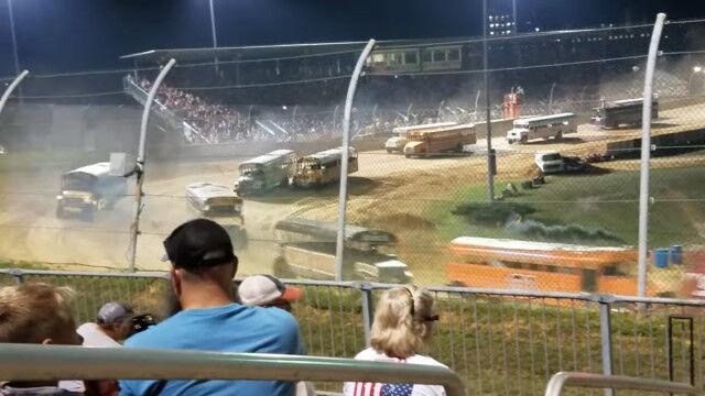 スクールバスの集団が爆走する絵面が凄いアメリカのモーターレース