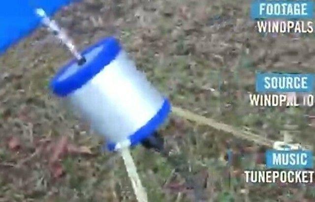 【動画】 ぐるぐる回るよ!携帯型の「風力発電機」がお手軽でイイ!!?