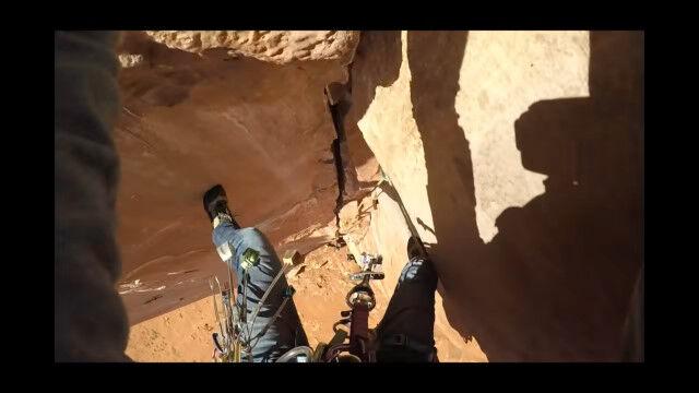 垂直の岩壁をロッククライミング中に足を滑らせて落下する、クライマー視点の映像が怖すぎる