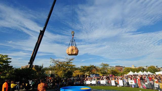 30メートルの高さから巨大カボチャを落下させる、カボチャ大好きイベントでの一幕
