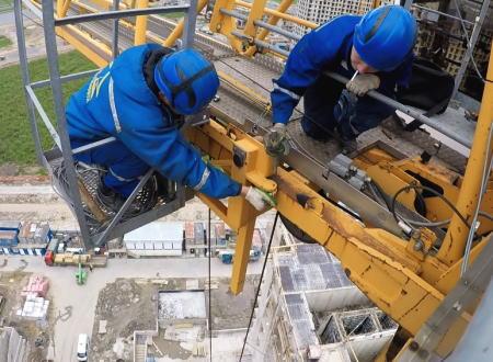 高所のタワークレーンを修理するというお仕事の映像。ロシアの場合。