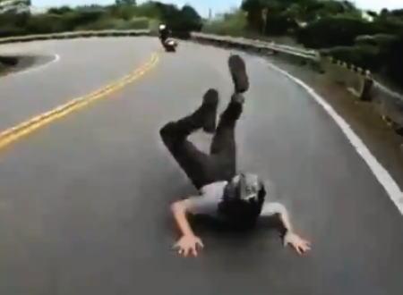こんなの絶対に避けられないという事故のヘルメットカム映像がこちら。