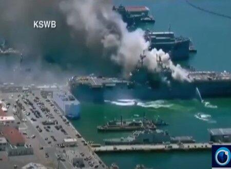 アメリカのサンディエゴ海軍基地に停泊している空母が炎上している映像