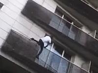 ベランダからぶら下がった小さな子供を救うために6階までよじ登ったスーパーヒーローの映像。