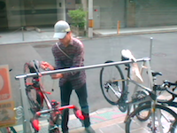 ロードバイク盗難の瞬間。大阪で撮影された慣れた手つきでピナレロを盗む男の映像。