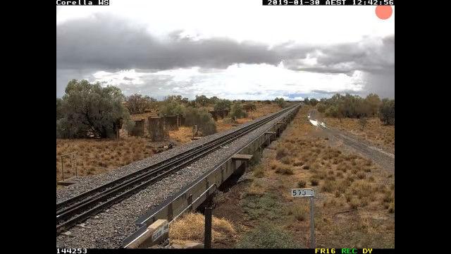 線路のあるオーストラリア郊外の風景が、見渡す限りの水面に変わってしまうタイムラプス