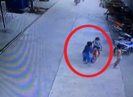 自転車に乗っている子を突き飛ばし転倒させた男の子、それを見ていた大人にぶん殴られるwww