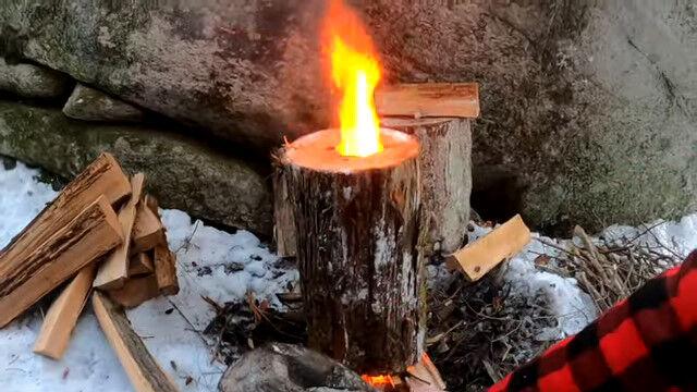 丸太をまるごと利用したロケットストーブ。串に刺した肉を突っ込んで焼くケバブ風料理も美味しそう