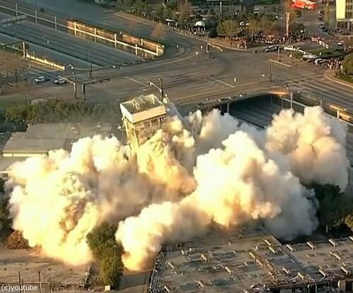 テキサス州に予想外の「斜塔」が出現…記念ポーズを撮影する人が続出