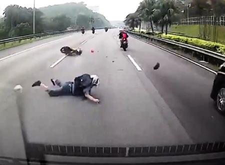 何かを踏んで目の前で転倒したバイクの兄ちゃんを踏んでしまったバンの車載映像。