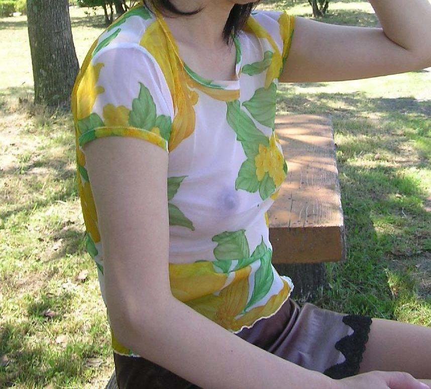 【ノーブラ熟女画像】乳輪や乳首がはっきり分かる透けチクポチ画像のまとめ23