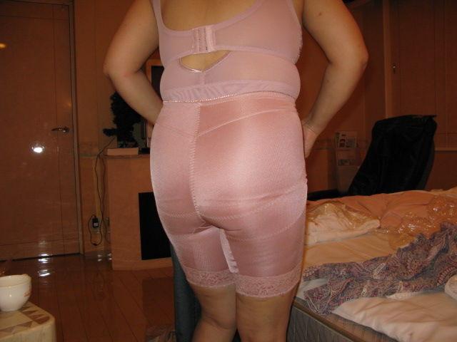 【素人投稿エロ画像】補正下着でだらしない体をカバーするおばさん達のまとめ10