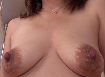 おばさんの陰核を舐め続けると大量の愛液が溢れ出す無料セックス動画