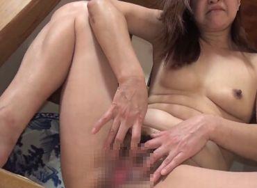 50代のおばさんが股を開いて陰核を見せつける無修正エロ動画!