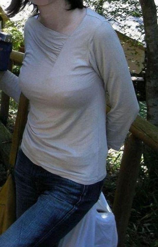 【ノーブラ熟女画像】乳輪や乳首がはっきり分かる透けチクポチ画像のまとめ5