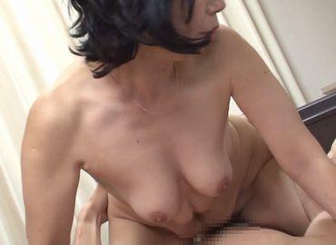 【おばさんの動画50代無料トイレ】セックスの後におしっこを披露する熟年女性!