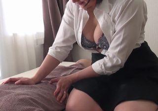 【無修正動画】胸チラで誘惑してくるマッサージ師のおばさん!