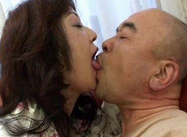 中年夫婦が寝起きに一発!性欲の強い熟年奥さんを相手にするおじさん!